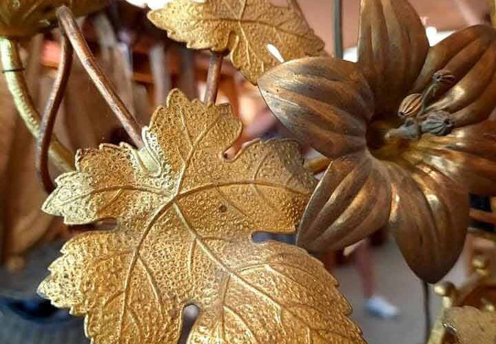 Candélabre doré à L'Échappée Belle, chambre d'hôte & concept-store à Quimperlé. Décoration, brocante, antiquité à Quimperlé