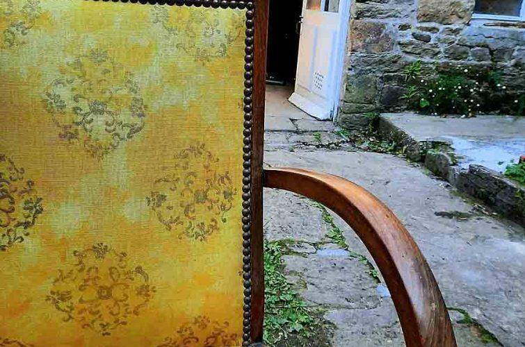Vieille chaise en bois et tissu jaune à L'Échappée Belle, chambre d'hôte & concept-store à Quimperlé. Décoration, brocante, antiquité à Quimperlé