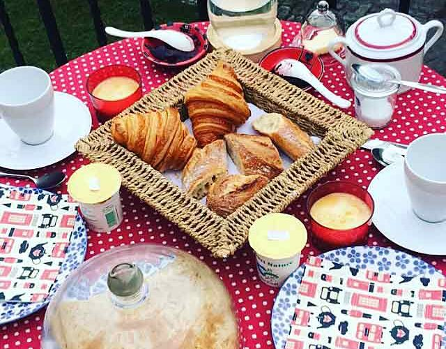 Petit-déjeuner de la suite parentale Gatsby à L'Échappée Belle, chambre d'hôte & concept-store à Quimperlé.