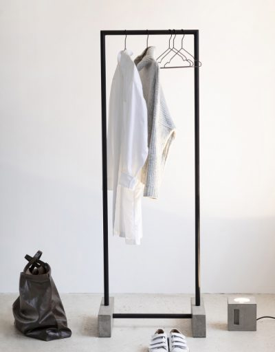 Portant vêtements à vendre au concept-store L'Échappée Belle à Quimperlé.
