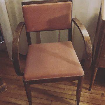 Chaise Bridge rouge fané en velours à acheter à L'Echappée Belle, concept-store de meubles chinés à Quimperlé dans le 29.